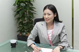 オフィスで笑顔のビジネスウーマンの写真素材 [FYI00119594]