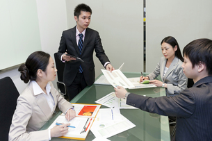会議を行うビジネスマン達の素材 [FYI00119596]