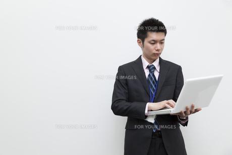 ノートパソコンを使用するビジネスマンの素材 [FYI00119597]