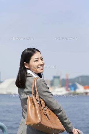 笑顔で振り返るビジネスウーマンの素材 [FYI00119599]