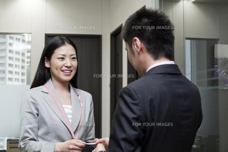 名刺を交換するビジネスマンとビジネスウーマンの素材 [FYI00119600]