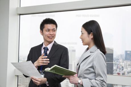 上司と話しをするビジネスウーマンの素材 [FYI00119602]