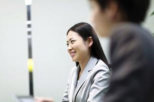 オフィス 笑顔のビジネスウーマンの素材 [FYI00119608]