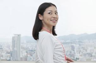 笑顔で振り返るビジネスウーマンの写真素材 [FYI00119613]