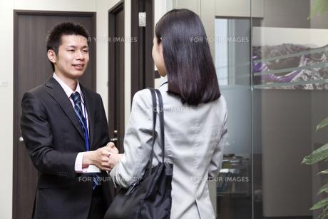 名刺交換をするビジネスマンとビジネスウーマンの素材 [FYI00119619]