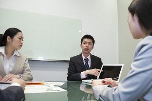 ノートパソコンの画面を指さすビジネスマンの素材 [FYI00119627]