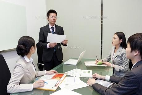 資料を手に発表をするビジネスマンの写真素材 [FYI00119629]