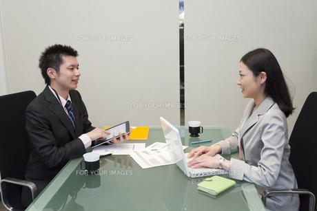 同僚と会話をするビジネスウーマンの写真素材 [FYI00119641]