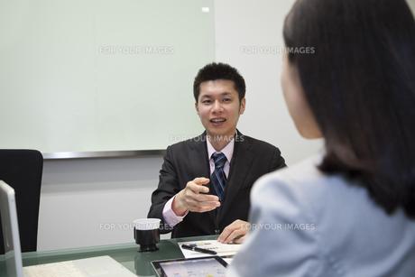 笑顔で会話するビジネスマンの写真素材 [FYI00119642]