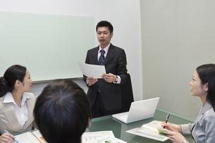 資料を持ち説明をするビジネスマンの素材 [FYI00119646]