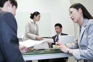 資料を受け取るビジネスマンの写真素材 [FYI00119650]