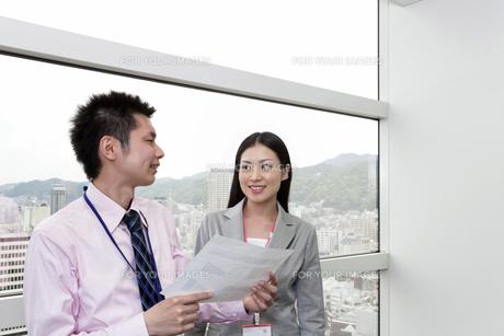 資料を手に話し合う上司と部下の写真素材 [FYI00119652]