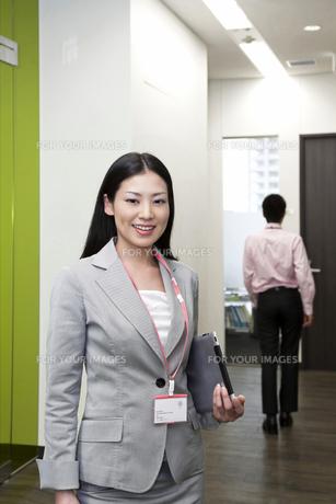 オフィス iPadを抱えるビジネスウーマンの写真素材 [FYI00119655]
