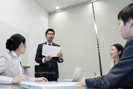 プレゼンテーションをするビジネスマンの素材 [FYI00119656]