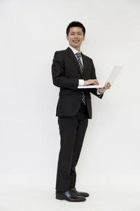 ノートパソコンを持つ若いビジネスマンの素材 [FYI00119661]