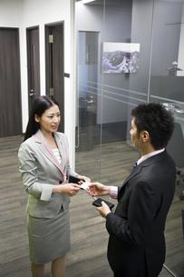 名刺を交換する会社員の写真素材 [FYI00119662]