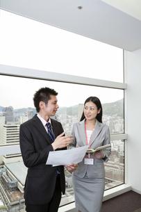 スケジュールを確認する上司と部下の写真素材 [FYI00119663]