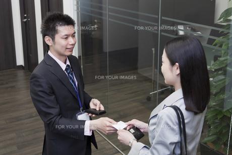 名刺交換をする会社員の素材 [FYI00119666]