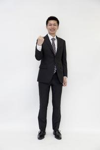 ガッツポーズをする元気なビジネスマンの素材 [FYI00119667]
