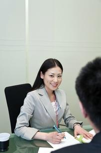 笑顔で上司と話しをするビジネスウーマンの写真素材 [FYI00119668]