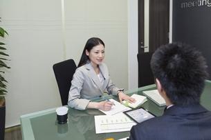 ミーティングをするビジネスウーマンの写真素材 [FYI00119669]