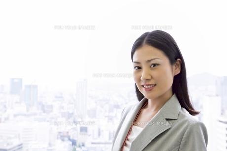 窓辺の若いビジネスウーマンの写真素材 [FYI00119670]