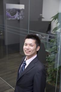 笑顔のさわやかなビジネスマンの素材 [FYI00119672]