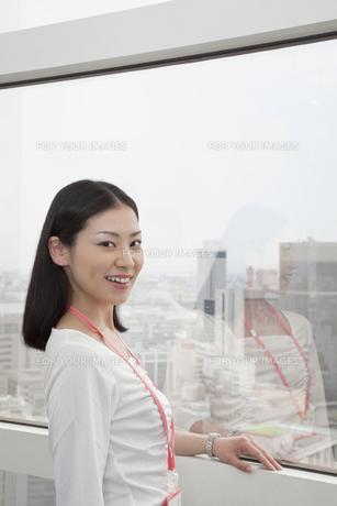 窓辺にたたずむビジネスウーマンの写真素材 [FYI00119679]