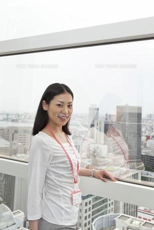窓辺でたたずむビジネスウーマンの写真素材 [FYI00119687]