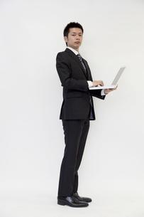 ノートパソコンを持つビジネスマンの素材 [FYI00119697]