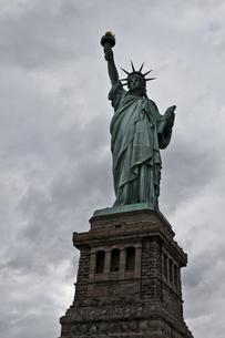 自由の女神と厚い雲の写真素材 [FYI00119819]