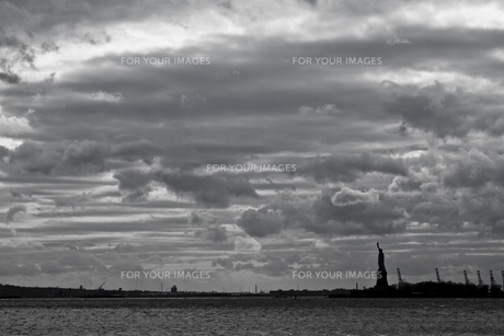 自由の女神とリバティ島を望むの写真素材 [FYI00119829]