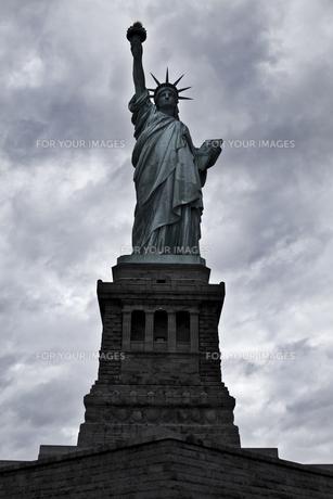 自由の女神と厚い雲の写真素材 [FYI00119846]