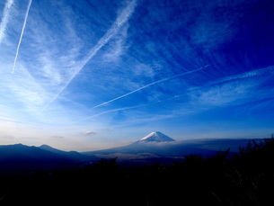 富士山と飛行機雲の写真素材 [FYI00119850]