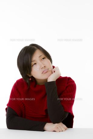 考え中の若い女性の写真素材 [FYI00119852]