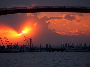 橋の下に富士山の夕日の写真素材 [FYI00119857]