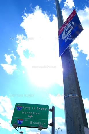 空とバス停の写真素材 [FYI00119865]