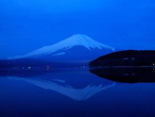 明方の逆さ富士の写真素材 [FYI00119877]