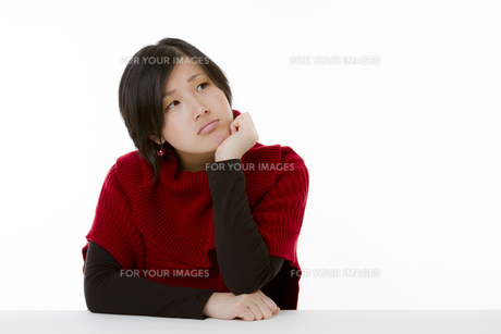 考え中の若い女性の写真素材 [FYI00119896]