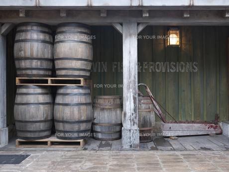 木樽と台車の写真素材 [FYI00119913]