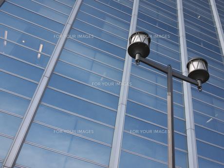 ガラス張りのビルの写真素材 [FYI00119916]