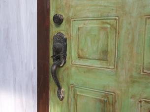 黄緑のドアの写真素材 [FYI00119938]
