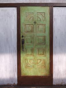 黄緑のドアの写真素材 [FYI00119972]