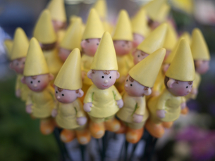 黄色人形達の写真素材 [FYI00120004]