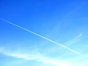 青空と飛行機雲の素材 [FYI00120055]