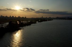 川面に映る夕日の写真素材 [FYI00120059]
