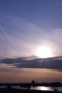 夕日と飛行機雲の写真素材 [FYI00120098]