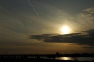夕日と飛行機雲の写真素材 [FYI00120099]