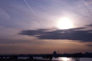 夕日と飛行機雲の写真素材 [FYI00120107]