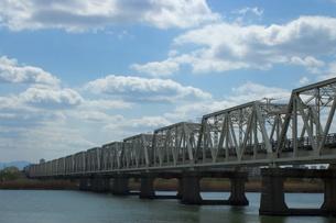 鉄橋と川の写真素材 [FYI00120176]